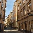 Edifici lungo la strada stretta — Foto stock