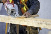 Bauarbeiter beim Holzschneiden — Stockfoto