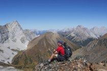 Hombre excursionista sentada - foto de stock