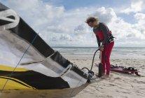 Atleta adulto estremo con attrezzatura da windsurf. Tarifa, Cadice, Andalusia, Spagna — Foto stock