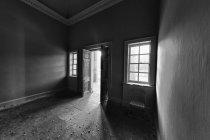 Quarto escuro através da porta aberta — Fotografia de Stock