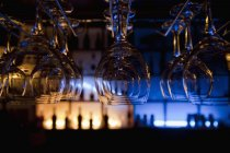 Lunettes suspendues dans un bar — Photo de stock
