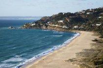 Береговой линии пляжа и прибрежной деревне — стоковое фото
