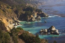 Formazioni rocciose lungo la costa — Foto stock