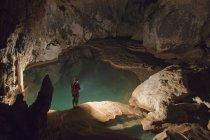 Filippino guida turistica con lanterna dentro Sumaging Cave o Big Cave vicino Sagada, Luzon, Filippine — Foto stock