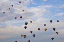 Globos de aire caliente en vuelo - foto de stock