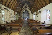 Igreja de madeira de dentro de bancos — Fotografia de Stock