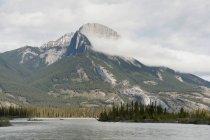 Le lac et les montagnes Rocheuses — Photo de stock