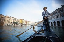 Gondolier aviron gondole — Photo de stock