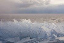 Шматки льоду на озеро верхнє — стокове фото