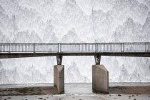 Salida de desbordamiento del depósito en cascada de agua - foto de stock