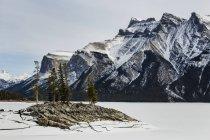Minnewanka озеро в зимовий період — стокове фото