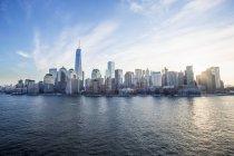 Horizonte de Manhattan con el nuevo world trade Center - foto de stock