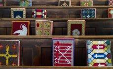 Деревянные скамейки в церкви — стоковое фото