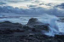 Величезні хвилі аварії вздовж берегів — стокове фото