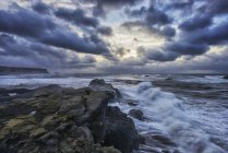Хвилі аварії вздовж берегів — стокове фото