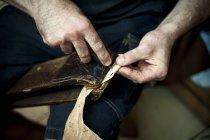 Trabalhando com couro; Pelotas, Rio Grande do Sul, Brasil — Fotografia de Stock
