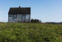 Kleines verwittertes Holzhaus — Stockfoto