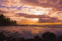 Lever de soleil et vagues s'écrasant sur les rochers — Photo de stock