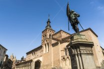 Церква Сан-Мартін і Хуан Браво статуя — стокове фото