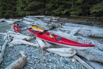 I kayak giacciono sulla costa — Foto stock