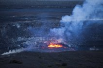 Cratère avec feu et fumée — Photo de stock