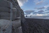 Колонная скалы линия берега — стоковое фото