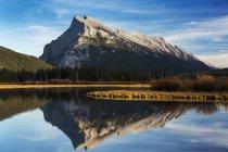 Отражение горного озера — стоковое фото