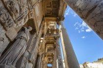 Bibliothèque de Celsus contre le ciel bleu — Photo de stock