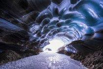 Grotta di ghiaccio con luce — Foto stock