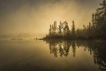 Схід сонця над спокійне озеро — стокове фото