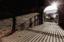 Бары у входа закрыты, а тени отброшены — стоковое фото