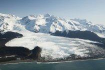Снег покрыл горы — стоковое фото