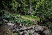 Giovane donna trekking — Foto stock