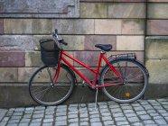 Bicicleta roja estacionada - foto de stock