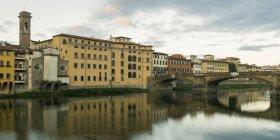 Річки Арно; Флоренція — стокове фото