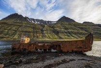 Старые кораблекрушения вдоль воды — стоковое фото