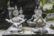 Statue buddiste che suonano strumenti musicali — Foto stock