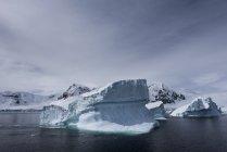 Icebergues e formações de gelo — Fotografia de Stock