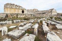 Руїни амфітеатру на полі — стокове фото