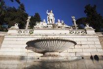 Statue et fontaine sur la place du peuple — Photo de stock