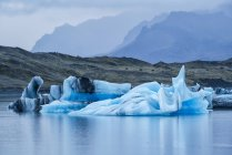 Великих айсбергів у воді — стокове фото