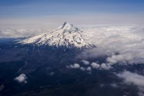 Mt. Hood torres acima das nuvens — Fotografia de Stock