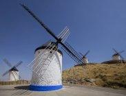 Moinhos de vento contra um céu azul — Fotografia de Stock