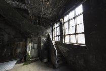 Dentro da velha fábrica de arenques abandonada. Djupvik, Islândia — Fotografia de Stock