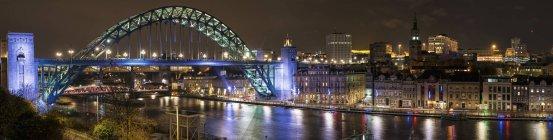 Iluminación puente de Tyne, Inglaterra - foto de stock