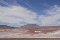 Laguna Colorada avec des collines — Photo de stock