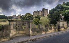 Місті Alnwick замок з хрестами — стокове фото