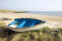 Kanu auf sandigen Ufer — Stockfoto
