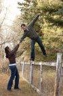 Giovani coppie caucasiche attraente essere giocosi nella sosta di autunno — Foto stock